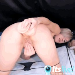 She Plays With Her Ass Live